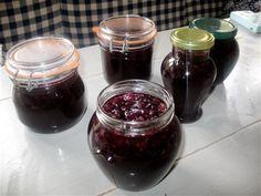 2 liter svarta vinbär och 1 liter vatten. Kokas 10 minuter, rör om. Ta bort från plattan och rör 2 dl socker tills det lösts upp. Koka burkar och förvara i kylen. Kanongott och hållbart! Chutney, Purple Food, No Bake Desserts, Red Wine, Harvest, Nom Nom, Alcoholic Drinks, Recipies, Dinner Recipes