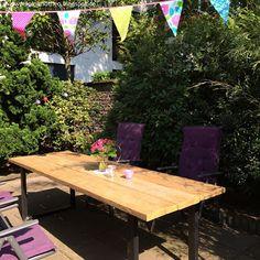 Tisch im Garten, Stühle, Wimpelkette, Blumenstrauß