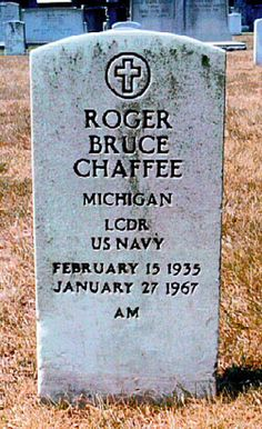 Roger Chaffee (1935 - 1967) Astronaut, died in a fire on the launch pad while strapped into the Apollo 1 capsule for a test.    He posthumously awarded the Congressional Space Medal, Purple Heart and the US Navy Air Medal. Astronauts In Space, Nasa Astronauts, Space Disasters, Gus Grissom, Apollo Space Program, Apollo Missions, Famous Graves, Kennedy Space Center, Man On The Moon