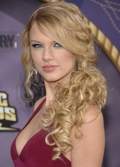 beauty inspirations taylor swift taylor swift side ponytail with curls prom and weddings side swept hairstyles 600x832