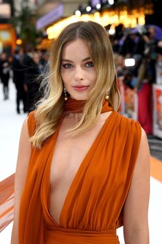 """Margot Robbie wore an amber Oscar De La Renta Fall 2019 gown to the UK premiere of """"Once Upon a Time. in Hollywood"""" in London. She accessorized with Chanel """"San Marco"""" earrings (IV) Atriz Margot Robbie, Margot Robbie Style, Margot Elise Robbie, Actress Margot Robbie, Margot Robbie Harley Quinn, Margo Robbie, Margaret Robbie, Blonde Makeup, Beautiful Celebrities"""