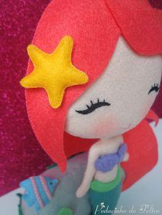 Linda Princesa Ariel encostada em sua pedra no fundo do mar. Ótima para…