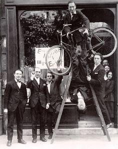 Inauguration of the Max Ernst Exhibition in Paris From left to right: René Hilsum, Benjamin Péret, Charchoune, Philippe Soupault, Jacques Rigaut (upside down), André Breton, Paris 1921