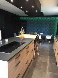 Cette cuisine contemporaine en mélaminé structuré a été aménagée par les concepteurs-décorateurs du magasin Arthur Bonnet de Laval. Un espace complètement réaménagé suite à des travaux d'envergure afin de créer une ambiance stylée et conviviale !