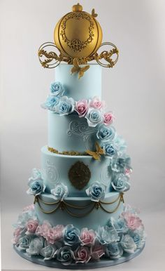 Cinderella Cake, with golden carriage, brings elegance to your special occasion. Perfect for the little princess in your life. Click the link in the profile to see more. #flowercake #elegantcake #elegantcakes #rosecake #festa #birthdaycake #birthday #kidsparty #customcake #festainfantil #aniversarioinfantil #aniversariodemenina