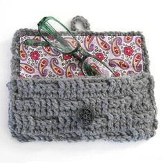Looking for a cute way to keep your glasses safe? How about making a crochet eyeglasses case lined to keep your lenses from getting scratched. Tutorial.