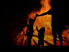 Die 12. Lesung ist im Netz. Siehe: www.paradies.schwanfelder.org  Ein Bild aus guten Tagen. Adam lehrt seinen Kindern, Kain und Abel wie Opfer erstellt werden. Das Feuer dominiert das Bild. Zu Adams Zeiten dürfte das Feuer das wichtigste Gut der Menschheit gewesen sein. Das Feuer ist auch der erste Schritt in die Zivilisation. Kain und Abel, kleine Kinder, noch unschuldig, bestaunen das Feuer. Adam behütet sie. Kain Und Abel, Concert, Little Children, Paradise, Mesh, Fire, Art, Photo Illustration, Recital