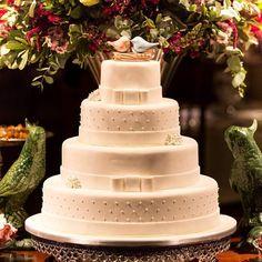 E esse bolo perfeito e lindo ? Eles ainda fazem sucesso entre as noivas mais clássicas 💗 Uma sessão de LOVE e AMOR ! #detalhes #instawed #instawedding #decoracao #decor #luxo #luxury #amor #love #instabride #noivas2017 #noivas #casamentorustico #casamentonocampo #casamento #mesadobolo #bolo #bolofake #bolonatural #bolodecasamento