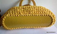 come fare una borsa in fettuccia uncinetto - manifantasia Love Crochet, Straw Bag, Beanie, Couture, Sewing, Knitting, Hats, Fashion, Tejidos