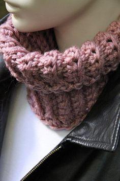 Merino Superwash wool from Italy.  Mini Snood for Women. Moon Rose.  Laine Mérinos traitée pour lavage à la machine provenant d'Italie. Foulard sans fin pour femmes.   zaknit.com