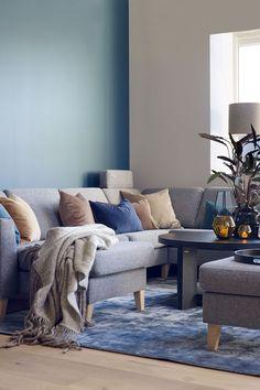 Stuen er det viktigste oppholdsrommet og skal dekke forskjellige behov, noe som kan gjøre det utfordrende å innrede. Fargene i stuen gjør noe med deg. Vi gir deg forskjellige fargetips og stiler. Her er veggen malt i en kontrastvegg i fargen Bondeblå FR1915 mens resten av veggen er malt i Elvesand FR1940 fra Fargerike. Stuen har en grå sofa med rikelig puter i farger som tar igjen fargen på veggene. #stue#blå#beige#puter#hjørnesofa#Isak#Møbelringen#teppe#Inhouse#Light&Living#lamper#Fargerike Ikea, Lounge, Couch, Lights, Living Room, Furniture, Inspiration, Home Decor, Chair