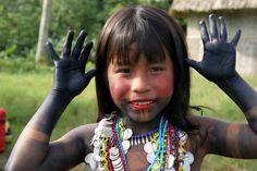 Existe una correlación entre las regiones de intensa diversidad biológica y las regiones de intensa diversidad cultural: de los nueve países en los que se habla el 60% de las lenguas, seis albergan también cantidades excepcionales de especies vegetales y animales.