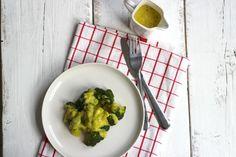 Wist je dat je zelf heel gemakkelijk kerriesaus kunt maken? Lekker bij onder andere broccoli, bloemkool en sperziebonen.