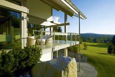 HUF Haus ART 5 mit gemütlichem Außensitzplatz und atemberaubendem Ausblick
