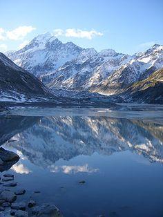 Vue de l'Aoraki/mont Cook avec le lac de fonte du glacier Hooker. C'est le point culminant de la Nouvelle Zélande à 3724 m d'altitude.