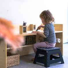 DIY: Children& table to make yourself instead of buying - Chez Mama P .- DIY: Kindertisch zum selbermachen statt kaufen – Chez Mama Poule DIY children& table 2018 www. Diy Furniture Plans, Small Furniture, Cheap Furniture, Furniture Assembly, Parents Room, Kids Room, Diy Kallax, Diy Montessori, Montessori Kindergarten
