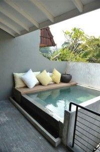 Suojaisassa paikassa allas, mukava penkki altaan reunalla  Hot Tub. How to choose the right one?