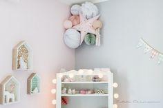 Décoration douce pour chambre d'enfants, composition de lanternes, lampions, étoiles et pompons. Sous Le Lampion