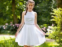 De nye konfirmationskjoler til 2017 kombinerer den aktuelle street-style og de meget femine trends, med masser af vidde i nederdelene, bløde stretch- blonder, høje halsudskæringer eller romantisk carmen-krave.