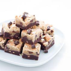 La recette du brookies de Guillemette. Il s'agit d'une pâte à brownie dans laquelle on ajoute des morceaux de pâte à cookies.