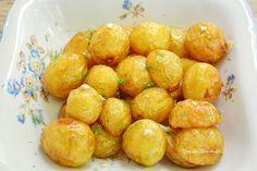 Cât am aşteptat să apară cartofii noi, ăştia micuţi cât nucile, care se pot prăji întregi! La prăjit devin aurii, cu exterior crocant, dar moi şi cremoşi la interior. Aromatizaţi cu puţin usturoi tocat şi mărar proaspăt, sunt o minune! Nu mai trebuie lângă ei decât o salată de roşii cu castraveţi şi ceapă verde....Read More Eat This, Romanian Food, Pretzel Bites, Potato Salad, Vegetarian Recipes, Food And Drink, Potatoes, Bread, Vegetables