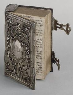 Livro antigo com capa de prata (Don't know what this says) but, this is a very beautiful book. Old Books, Antique Books, Book Libros, Prayer Book, Book Binding, Book Nooks, Library Books, I Love Books, Altered Books