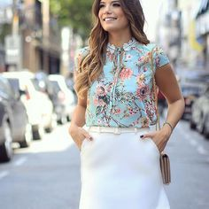 Começando meus post de hoje da marca @doceflorsp ❤️ Blusa floral com renda na gola com saia basiquinha!