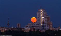 La Luna Llena y la Torre de #Madrid en una misma e irrepetible imagen #CallejeandoMadrid la luna siempre sorprende!!! pic.twitter.com/GXtssmDgfh