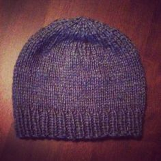Looking for a simple knit to pass your Sunday? I made this basic toque the other day and thought I'd share the pattern here. I made the pattern up on the fly so hopefully it works for you! Ne… Kids Beanies, Sweater Hat, Quick Knits, Knitting For Beginners, Fabric Yarn, Stockinette, Knitting Yarn, Knitting Patterns, Knitting Projects