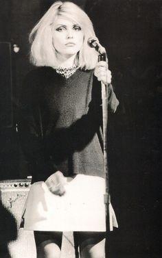 Debbie Harry @ CBGB, 1976 - love her music! Blondie Debbie Harry, Debbie Harry Style, Estilo Rock, New Wave, Cultural, Music Icon, Before Us, Portrait, Girl Crushes