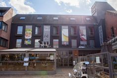 Ambiotel, www.ambiotel.upps.eu, Direkt im historischen Zentrum von Tongeren bietet das Hotel Ambiotel eine Terrasse sowie eine Bar und ein Restaurant mit belgischen Spezialitäten. Kostenfreies WLAN ist im gesamten Gebäude verfügbar. Die Zimmer im Hotel Ambiotel bieten Aussicht auf die Skyline der Stadt, eine Klimaanlage, einen Flachbild-TV, einen Safe, eine Minibar und eine Kaffeemaschine.