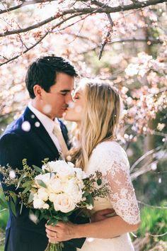 maries baiser sous les arbres