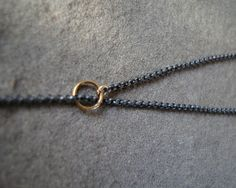 ketting van geoxideerd zilver met gouden ringetjes | Colliers | Atelier Jeanet Kuiper