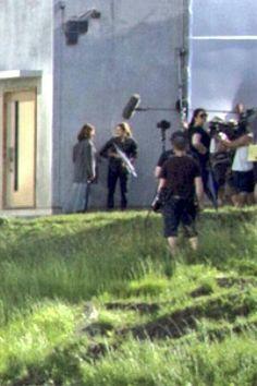 Looks like Tris and her mom outside Erudite. Divergent Movie Stills, Divergent Trilogy, Divergent Insurgent Allegiant, Tris And Four, Erudite, Veronica Roth, Shailene Woodley, Upcoming Movies, Book Fandoms