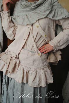 MLLE BETHINA: Veste en lin rose poudré Les Ours, jupe en lin gris poudré Les Ours, tablier court à superposer,