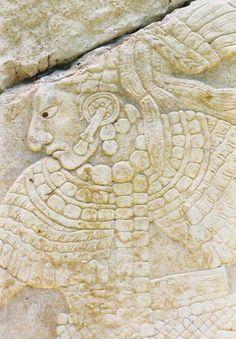 Extraordinaria calidad estilística conservada en un frizo de la ciudad de Palenque, Chiapas, México. Período Clásico. Cultura Maya.