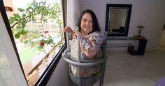 Filha inventa aparelho que faz com que a mãe levante da cadeira de rodas