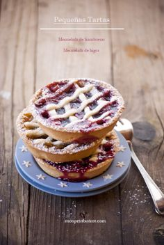 Almond pastry tarts with raspberry jam and figs ( Italian )