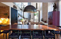 A arquiteta Luita Trench escolheu o roxo para o armário e o estofados das cadeiras da sala em Alphaville.
