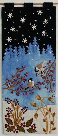 Finales de noviembre me encontraba renuente preparándose para el próximo invierno. Pero una madrugada oí dos carboneros conversando en un árbol cercano, y pensé por delante a febrero cuando cambiará su sintonía al apareamiento llamadas... un signo seguro y maravilloso de primavera.  No me tomó largo para conjurar un nuevo diseño de apliques de lana con dos de esos conversadores entusiastas comunicarse a través de un desayuno de manzana de cangrejo congelada.  Disponible como un patrón, o…
