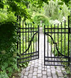 (via Claus Dalby - mit haveliv) Wrought Iron Garden Gates, Garden Gates And Fencing, Wrought Iron Stairs, Iron Front Door, Front Gates, Gates And Railings, Door Gate Design, Dream Garden, Belle Photo