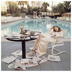 Faye Dunaway poolside at The Beverly Hills Hotel, the morning after the 1977 Oscars. The Academy Award she won the previous night for 'Network', is on the breakfast table. Photographer Terry O'Neill captured this spontaneous moment in time. Terry O Neill, Faye Dunaway, Jean Shrimpton, Beverly Hills Hotel, The Beverly, Beverly Hilton, Charlotte Rampling, Gianni Versace, Photo Bleu