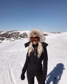 Ski fashion and ski outfit ideas for stylish women – winter girl Mode Au Ski, Outdoor Style, Ski Bunnies, Ski Girl, Snowboarding Outfit, Vetement Fashion, Snow Skiing, Winter Outfits, Snow Outfits For Women