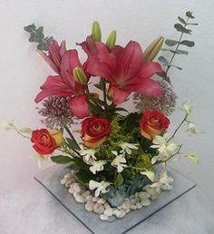 Centro  de Lilis y rosas con follage de eucaliptos