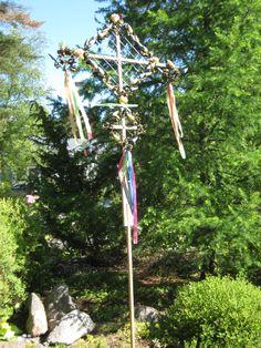 Juhannus. Juhannussalko on askarreltu kangaskukista. Pohjina on koiraverkkoa, siihen on kätevä kieputtaa vanhat silkkikukat ja koristeet.