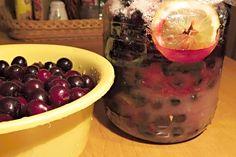 Višňový likér z macerovaných višní spolu s cukrem, kořením a citrónem, hotový macerát zředěný vodkou v poměru 2:1 nebo 3:1, jak kdo má rád.