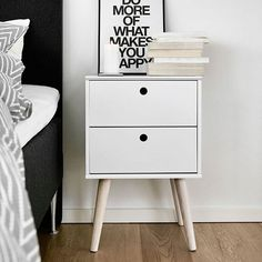 Det er nemt at holde orden med et lille sengebord, bl.a. vores Oplev i hvid & fyr, se mere i The JYSK Apartment http://jysk.dk/jysk-apartment #JYSK #indretning #møbler #seng