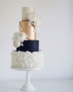 40 Elegant Wedding Cakes with Cupcakes and Flowers - The First-Hand Fashion News for Females Wedding Cake Prices, Small Wedding Cakes, Country Wedding Cakes, Summer Wedding Cakes, Diy Wedding Cake, Wedding Cakes With Cupcakes, Wedding Cakes With Flowers, Elegant Wedding Cakes, Beautiful Wedding Cakes