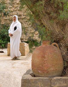 Nainen ja vanha ruukku  Hammamet Tunisia Photo by Aili Alaiso Finland