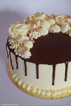 Cake Decorating Designs, Creative Cake Decorating, Cake Decorating Videos, Creative Cakes, Chocolate Cake With Coffee, Chocolate Desserts, Chocolate Cake Designs, Buttercream Cake Designs, Fruit Cake Design